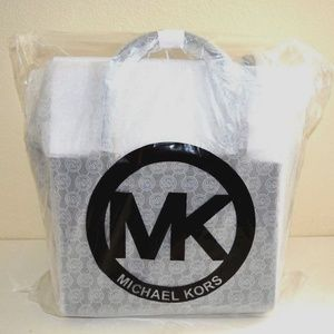 Michael Kors Bags - Michael Kors Selby Large Leather Satchel